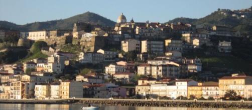 Il centro storico di Cariati racchiuso dalla cinta muraria e dalle otto torri.