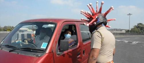 Los policías de la India usan con casco con forma de coronavirus
