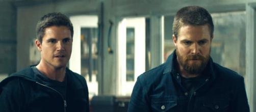 Robbie Amell (esquerda) e o primo Stephen Amell em cena de 'Code 8: Renegados'. (Arquivo Blasting News)