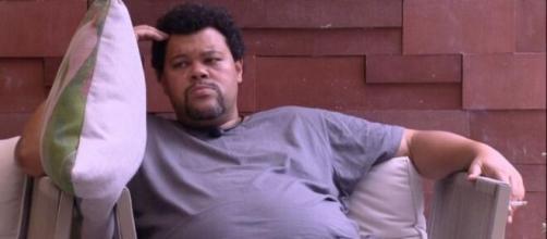 No 'BBB20', e já esgotado, Babu conversa com Wilson, a almofada. (Reprodução/TV Globo)