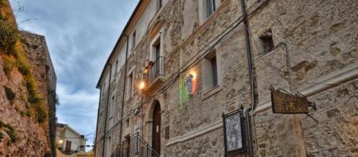 Palazzo Palopoli, sede del municipio, presenta una colorazione simile alle antistanti mura del castello.