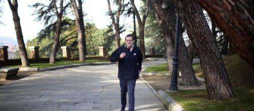 Coronavirus: Rajoy incumple el confinamiento y sale a la calle.