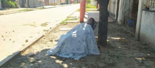 Mulher é abandonada após apresentar sintomas do vírus. (Reprodução/El Deber)