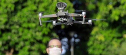 'Drone falante' está sendo usado para alertar pessoas que descumprirem isolamento no RJ. (Reprodução/TV Globo)