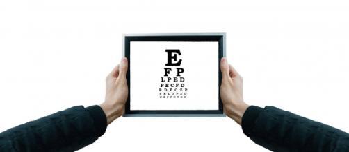 L'uso smodato di dispositivi elettronici influisce negativamente sulla salute degli occhi.