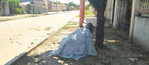 mulher é abandonada na rua por seu própria marido após apresentar sintomas do novo coronavírus. (Reprodução/El Deber)