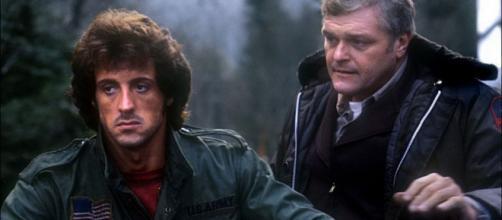 Brian Dennehy ao lado de Sylvester Stallone em cena do filme 'Rambo'. (Arquivo Blasting News)