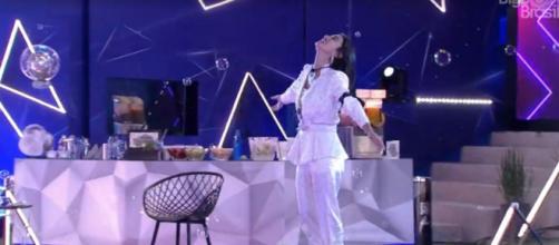 Manu dança durante festa e diz que playlist é sua cara. (Reprodução/TV Globo)