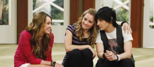 Miley Cyrus atuou como Miley Stewart e Hannah Montana. (Reprodução/Disney Channel)