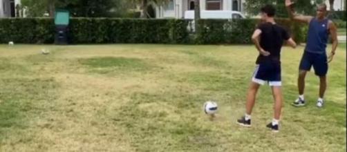 Rivaldo cumprimenta um dos seus filhos, João Vitor, após perder o desafio. (Reprodução/ Instagram)