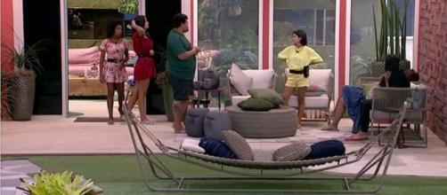 Brothers especulam sobre prova do líder em conversa na área externa. (Reprodução/TV Globo)