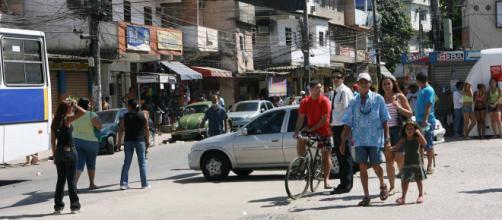 Coronavírus: comerciantes são obrigados a abrirem lojas para pagar taxas a milicianos. (Arquivo Blasting News)