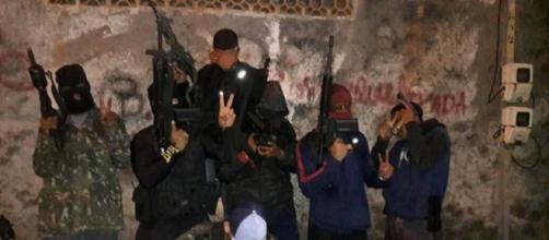 Esposa de policial militar é torturada por traficantes por mais de 2 horas. (Arquivo Blasting News)