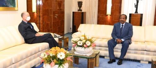 Le Chef de l'Etat du Cameroun Paul Biya et Christophe Ghuilhou (c) PRC