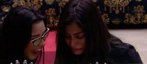 Mari vê fotos da família no quarto do líder. (Reprodução/TV Globo)
