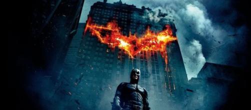 """Signos do zodíaco de 5 atores do filme """"Batman: O Cavaleiros das Trevas"""". (Reprodução/Netflix)"""