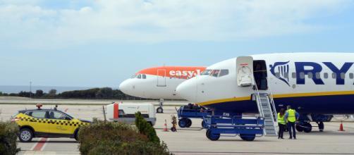 Ripartenza voli, Easyjet dice sì al posto centrale vuoto. Ryanair: 'Sarebbe folle'.