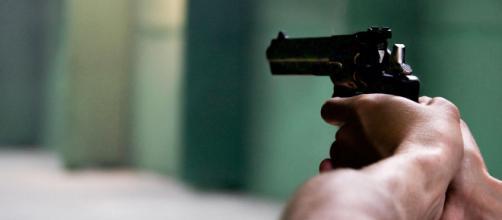 """Casal namora """"em cima"""" de corpo de bandido morto com 7 tiros após tentativa de assalto. (Arquivo Blasting News)"""