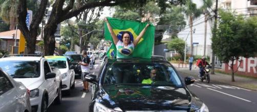 Manifestantes pedem a reabertura do comércio e o isolamento vertical (Blasting News)