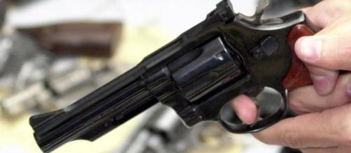 Morador reage tentativa de invasão e mata suspeito de roubo com tiros após ser esfaqueado no tórax. (Arquivo Blasting News)