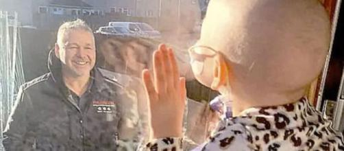 Niña con cancer ve a su padre por la ventana