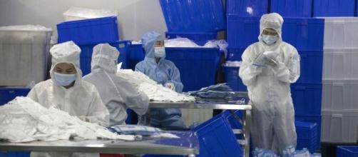 Trabajadores realizando mascarillas en Wuhan