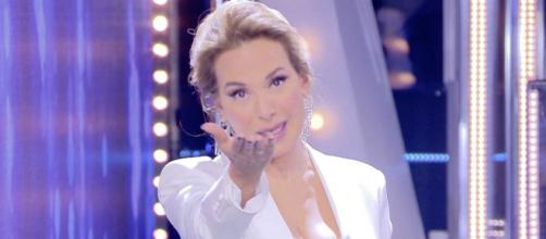 Barbara D'Urso criticata da Maurizio Costanzo per la sua preghiera in diretta.