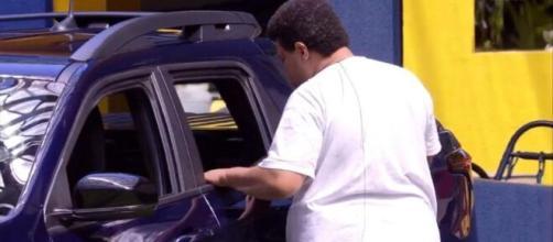 'BBB20': Babu observa carro. (Reprodução/TV Globo)