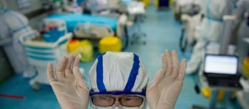 Covid-19: Profissionais da saúde fazem reclamações e usam sacos plásticos