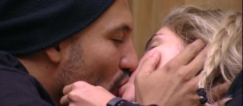 Fernando e Aline, não resistiram à tentação e esquentaram o clima embaixo do edredom. (Reprodução/TV Globo)