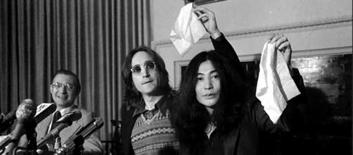 John Lennon y su esposa Yoko Ono agitan la bandera del nuevo país, Nutopia, en la conferencia de prensa de Nueva York.