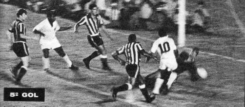 Lance do jogo entre Santos x Botafogo pela Taça Brasil, em 1963 (Reprodução/ Site oficial Santos FC)