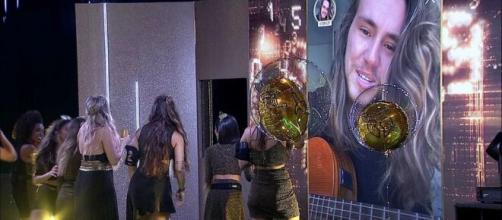 Vitor Kley faz show surpresa na Festa TOP 10 do 'BBB20'. (Reprodução/TV Globo)