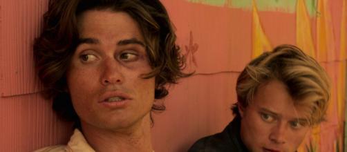 Chase Stokes (esquerda) e Rudy Pankow em cena de 'Outer Banks' (Foto: Arquivo Blastingnews)