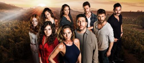 Il cast della serie turca 'Sevgili Geçmiş' in onda prossimamente su Canale 5 con il titolo 'Sisterhood'