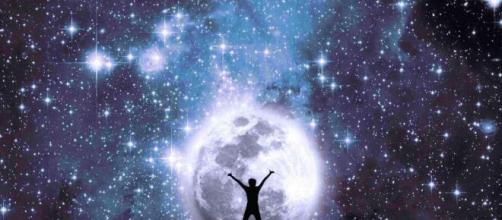 L'oroscopo del weekend 25-26 aprile: passione stellare per Vergine e Bilancia.