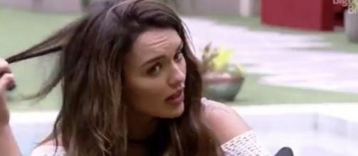Rafa Kalimann mostra cabelo ressecado durante conversa com Ivy Moraes no 'BBB20'. (Reprodução/TV Globo)
