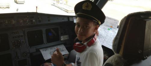 Yassine publie une photo enfant/adulte dans le cockpit d'un avion (source : twitter @yassbkr_)