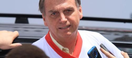 Bolsonaro responde questionamentos de jornalistas sobre o efeito do relaxamento em meio a pandemia. (Arquivo Blasting News)