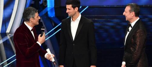 Fiorello, Djokovic e Amadeus sul palco del festival di Sanremo 2020.