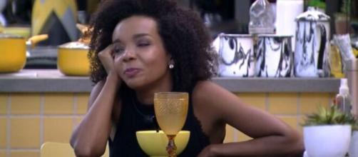 Thelma conversa com Babu na área externa. (Reprodução/TV Globo)