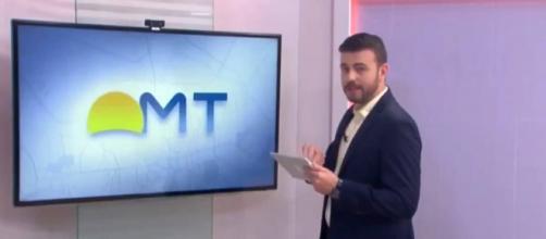 Apresentador se descuida e nude aparece ao vivo em jornal da TV. (Reprodução/Globo)