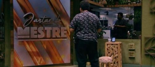 Assim como Thelma, Babu vê chamada da festa no telão. (Reprodução/TV Globo)