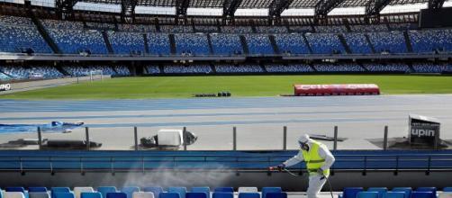 Estadio de fútbol en Italia siendo desinfectado