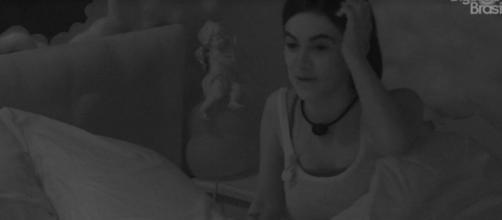 Manu conversa com Thelma e Babu. (Reprodução/TV Globo)