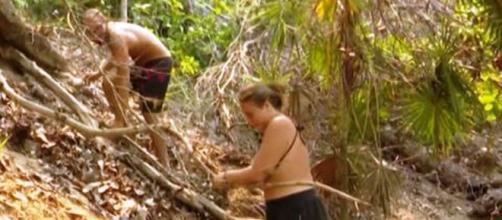 Rocío Flores junto a Avilés, buscando troncos para leña