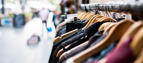 El momento en que las tiendas reabran sus puertas se acerca y los consumidores se preguntan cómo se realizarán las compras de ropa.