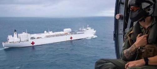 Imagen del buque Comfort desde el helicóptero que opera junto a él.