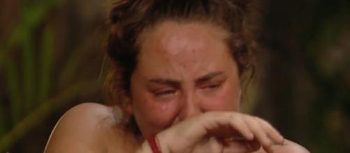 """Rocío Flores luce deprimida en el programa de telerrealidad """"Supervivientes 2020"""", que se graba en el norte de Honduras."""