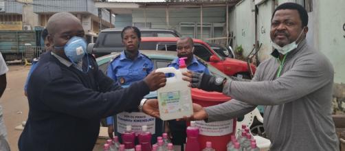 Théophile Kwendjeu lors de la distribution de désinfectants dans un commissariat (c) Théophile Kwendjeu
